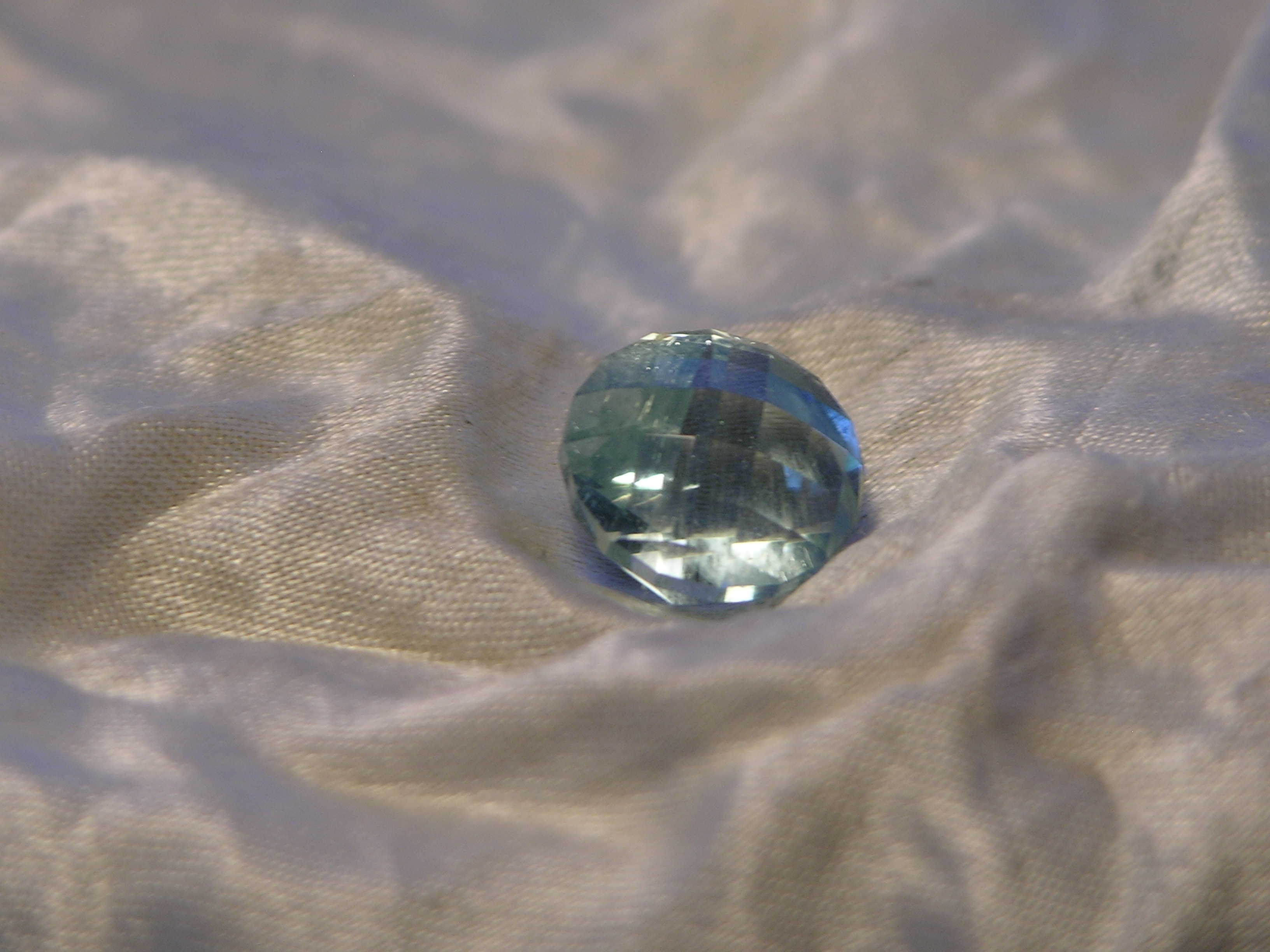 faceted aquamarine Check top cut round